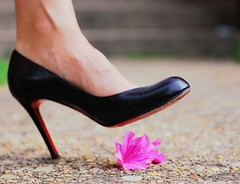 .girl power bokeh. (*Peanut (Lauren)) Tags: red shoes highheels bokeh heels notme christianlouboutin louboutin hbw theperfectphotographer bokehwednesday thankschiikmuah butthesearemyshoesp notsurewherethisfitsintomystream