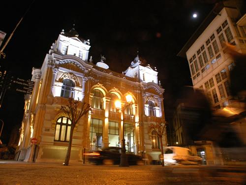 vista nocturna del Casino de Llanes