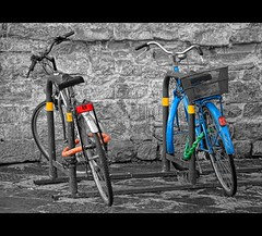 Bicycles (CGoulao) Tags: park blue red two bw verde green bicycle yellow azul transport bicicleta vermelho amarelo cycle soe roda bycicle cadeado estacionamento duas estacionado shieldofexcellence aplusphoto betterthangood theperfectphotographer tripleniceshot