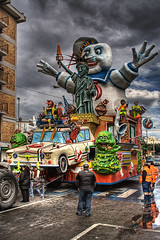carnival in gallipoli. salento. italy (Paolo Margari) Tags: auto city carnival urban monster statue america canon liberty photography town photo funny fo