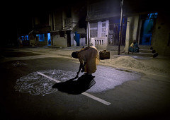 Woman drawing Kolam   on the road - India (Eric Lafforgue) Tags: road india night canon democracy drawing dessin route indie indi indien tamil hind indi craie inde kolam hodu southasia indland  hindistan indija   ndia hindustan  8611  lafforgue   ericlafforgue hindia  bhrat   indhiya bhratavarsha bhratadesha bharatadeshamu bhrrowtbaurshow  hndkastan