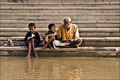 Complicit - Ayodhya (Elishams) Tags: india smile river children child indian religion grandfather diwali familly complicity ghat happyness northindia uttarpradesh sarayu  ayodhya indedunord sarju saraju