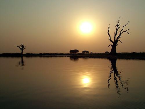 Couché de soleil sur les rives du lac Taungthaman