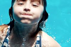 como pez en el agua, como princesa en la tierra (quino para los amigos) Tags: vacation holiday fish pez water beauty swim happy kid agua h2o niña nadar elena felicidad sirenita meolans