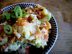 grobes kartoffel-möhren-püree mit röstzwiebeln