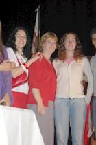 Analía Marengo, ganadora de la moto 0 km., de campera blanca junto a su mamá posa para la foto