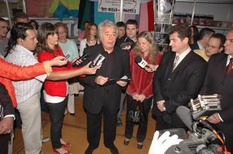 El Gob. Dr. José Manuel De La Sota, en rueda de prensa, acompañado por la Cr. Adriana Nazario, el Arq. José Luis Scarlatto y el Lic. Sergio Cóser - Gentileza FOTO CENTRO