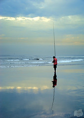 Pesca (Jorge L. Gazzano) Tags: praia frias explore reflexos pescador cameradeourobrasil sonyh9 jorgelgazzano