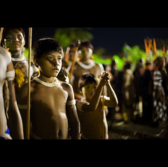 steps (© Tatiana Cardeal) Tags: pictures light boy shadow brazil people southamerica festival brasil digital children photo native picture culture documentary tribal warrior brazilian xingu growing invenciblespirit tatianacardeal fotografia indios ethnic 2008 indien cultura indigenous brésil bertioga ethnology indigenouspeople documentaire indische etnia ethnologie documentario ethnique povosindígenas ethnie pueblosindígenas indigenousfestival festanacionaldoíndio indigenenvölker