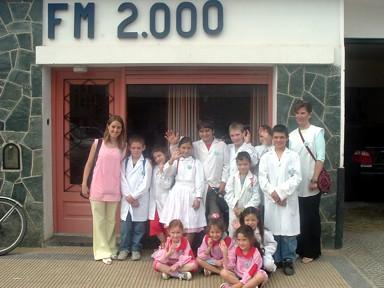 Docentes y alumnos de la Esc. Rural Narciso Laprida de Campo Ojo de Agua, posan frente a FM2000