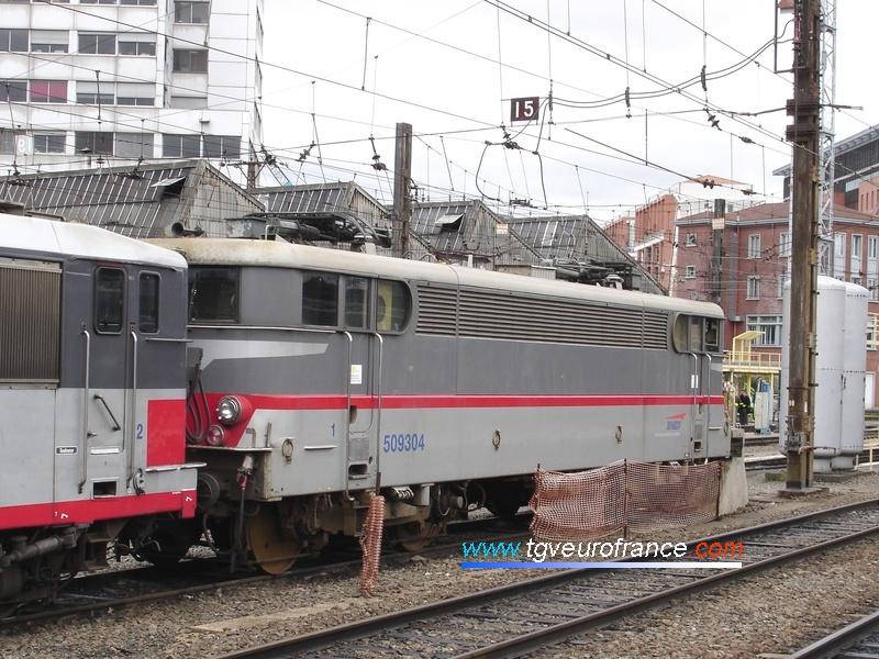 Une locomotive monotension BB 9300 SNCF (la BB 9304 en livrée Multiservice - Corail Plus) à Toulouse Matabiau (Région Midi-Pyrénées).