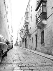 cobblestoned valletta (vleston) Tags: street blackandwhite blancoynegro calle malta cobblestone valletta doquin