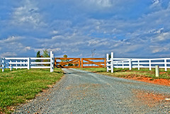 Barboursville HDR (outlandk) Tags: sky azul clouds fence landscape virginia ciel driveway va nubes hdr gravel stonypoint barboursville pasaje chestnutoak d80 va20