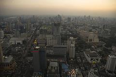 Pollution in Bangkok (elosoenpersona) Tags: city sunset moon tower fog thailand atardecer smog asia torre traffic bangkok smoke tailandia ciudad luna pollution trfico heavy humo rascacielos contaminacin bayoke polucin elosoenpersona