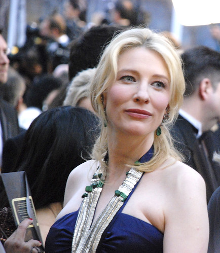 Cate Blanchett walking the red carpet during Oscar 2008.