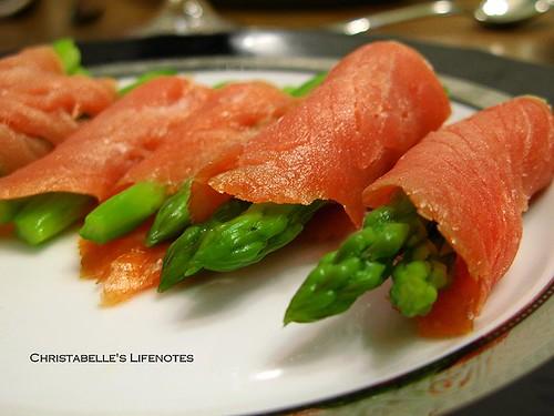 母親節大餐燻鮭魚蘆筍捲