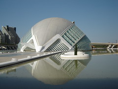 Ciutat de les Arts i de les Cincies (ellamiranda) Tags: espaa valencia architecture reflections arquitectura calatrava reflejo lhemisfric octubre07