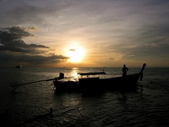 man , boat and sunset (Z Eduardo...) Tags: sunset sky people man reflection water clouds thailand island boat asia barco searchthebest cu ilha tailndia nvens phiphidon homen mywinners abigfave impressedbeauty superaplus aplusphoto theperfectphotographer doublyniceshot mygearandme mygearandmepremium