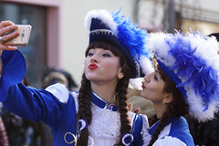 kiss the girls (murtica27) Tags: strase fasching karneval carneval sachsen saxony deutschland street germany parade umzug drausen outdoor extreme scenery season girl mädchen beauty people princess gard prinzessin menschen