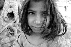 Little girl  Mandu (Jules1405) Tags: world travel portrait people india white black face kids children asian julien kid women asia child indian asie inde pradesh mandu madhya reflectionsoflife lovelyphotos jules1405 50millionmissing unseenasia mailler asiatiquestravel
