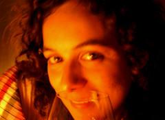 Ritratto con bicchiere (St Dikae) Tags: portrait woman eye glass girl smile face look donna eyes femme picture occhi sguardo heat sorriso calore ritratto occhio viso bicchiere bellezza ragazza volto riccia sfocatura lucesoffusa coloricaldi trequarti
