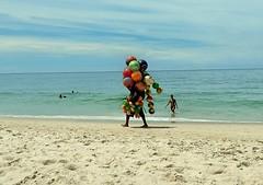 como se fosse brincadeira (luyunes) Tags: ambulante vendedoresderua vendedorambulante comercio camelôs praia sol mar motoz luciayunes