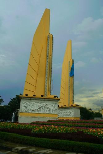 Vista cercana del Monumento a la Democracia