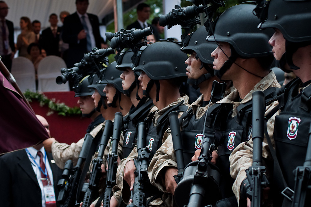 Grupo de Operaciones Especiales de la Policía Nacional dotados con sofisticados equipos tácticos desfilan frente al palco principal. (Elton Núñez - Asunción, Paraguay)