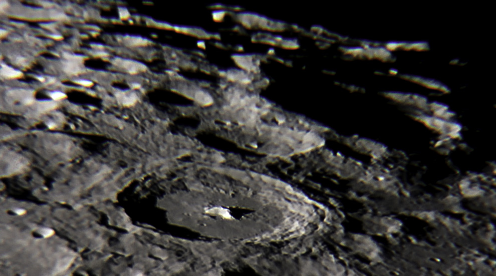El Crater Moretus Tiene un Diametro de 114 km y una Profundidad de 5 km y paredes que se elevan a más de 2 km sobre el entorno. La montaña central es magnífica, con casi 3 km de altura. Un interesante cráter al sur de la Luna. (Rodrigo Ríos - Zanjita, Paraguay)