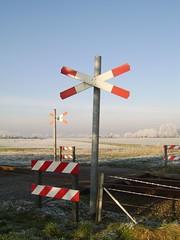 Spoorwegovergang (Rik Struiksma) Tags: railroad winter holland netherlands train wow de crossing nederland thenetherlands zug groningen ok wit paysbas winters trein railroadcrossing niederlande loppersum roodwit komt spoorwegovergang wanneer overgang winterweer provinciegroningen onbewaakte spoorovergang