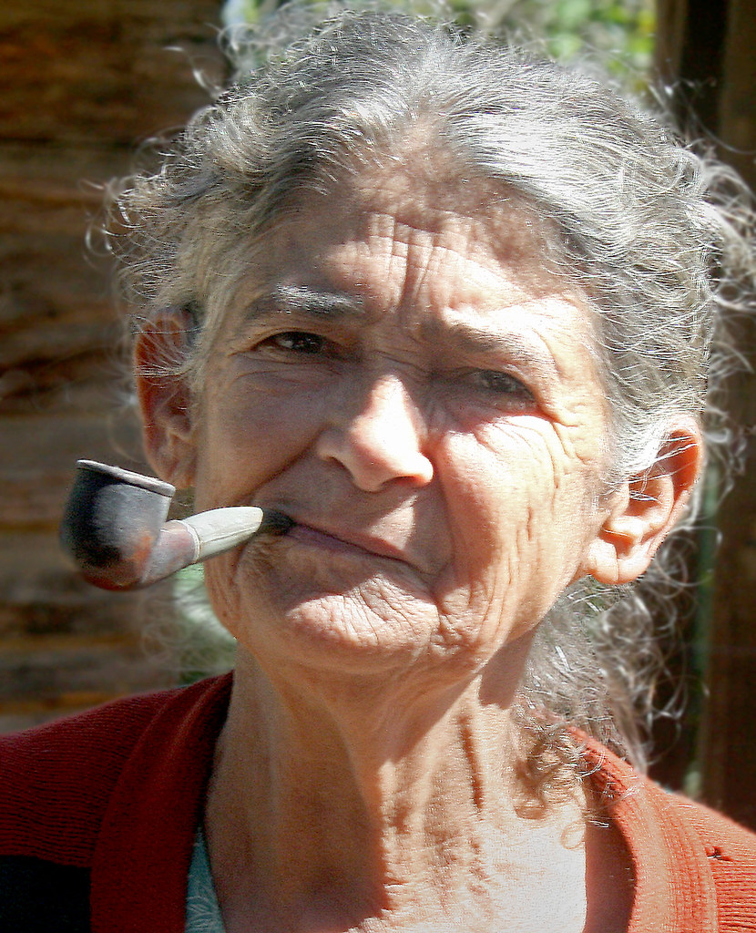 kuryashaya-pozhilaya-s-sigaretoy-video