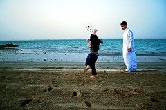 (swt scp) Tags: sea sand play sister brother sis bro throw edit doha qatar  qtr    sandplay      q6r  khore