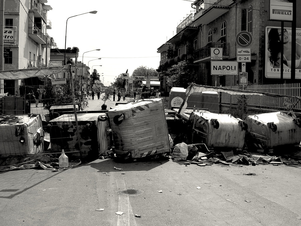 Barricate di rifiuti per le vie di Napoli