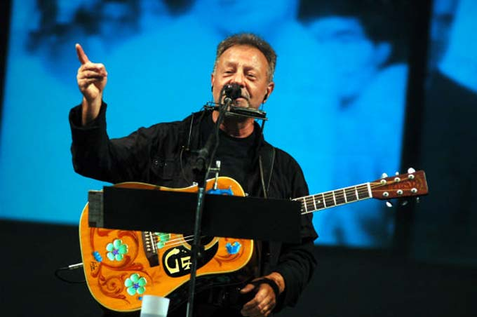 Leon Gieco le canta a Bolivia y a Evo