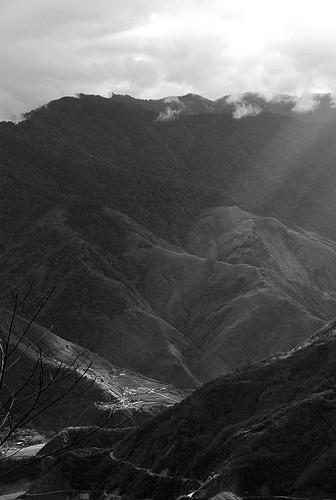 陽光灑在山的一角