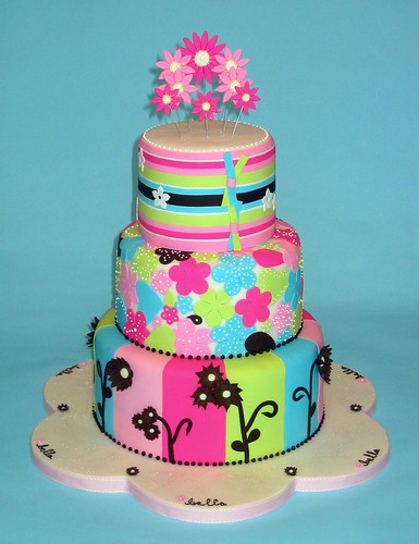 Luau themed baby shower? Why not! This cake makes flowers not look too girly