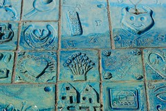 Detail Monument | VOLENDAM (Elisabeth de Ru) Tags: monument geotagged nederland thenetherlands tiles volendam noordholland playingthetourist sonydslra300 cafbrandvolendam elisabethderu