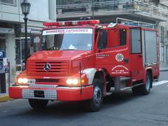Recién arribado a la escena (Upper Uhs) Tags: argentina truck fire rosario fires feuerwehr incendio bomberos fuoco brandweer pompiers bombeiros straz itfaiye sapeurspompiers bomberoszapadores camión tecin