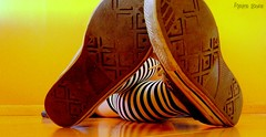Old Shoes! (Honey Pie!) Tags: old colors socks cores shoes stripes converse tenis allstar velho meias chucktaylor tnis listras highsocks kneehighsocks gasto listradas meiaslistradas listrados stripessocks cybershotdscs650 stripeslegs pernaslistradas