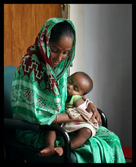 waiting room (janchan) Tags: portrait woman green kids hospital children asia village retrato mother documentary son ritratto waitingroom bangladesh madre reportage nasirnagar whitetaraproductions niosydetalles