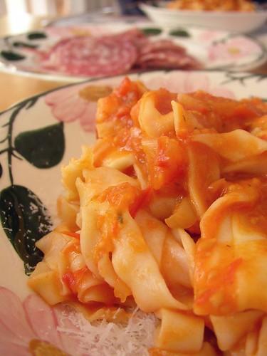 Selbstgemachte Tagliatelle mit selbst eingemachter Tomatensauce