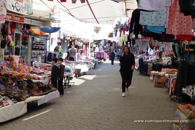 Puestos de textil en una de las calles perpendiculares