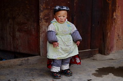 Sichuan (四川), Ganzi (甘孜, དཀར་མཛེས་), April 2013 (Foooootooooos) Tags: china street boy nikon streetphotography 中国 jalan sichuan rue enfant kina cina chine gosse ganzi 中國 straat bube jongen 四川 الصين strase straatfotografie putera explored photographiederue sichuan四川 甘孜 סצואן tionghoa strasenfotografie כינע sjina d7000 сычуань fotografijalanan 쓰촨성 tứxuyên དཀར་མཛེས་ سيتشوان anakputera