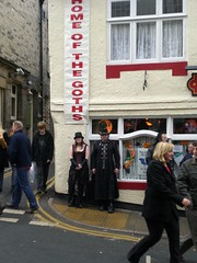 The Elsinore Pub, Flowergate. Ruth and Steve (goth.metalmalicia) Tags: gothic whitby goths wgw whitbygothweekend whitbygothweekendoct07 gothswgw wgwoct07 gothicculture