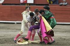 Eduardo Gallo es auxiliado por toreros peruanos