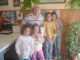 Mateo Palmeri junto a los niños del Centro de Apoyo al Niño y la Familia