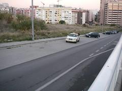Moooontes de espaço para os carros pararem, estacionarem ou circularem...
