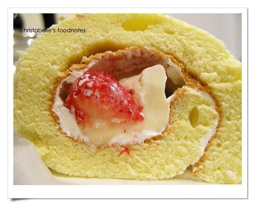 藏東西草莓奶凍捲中段仔細看