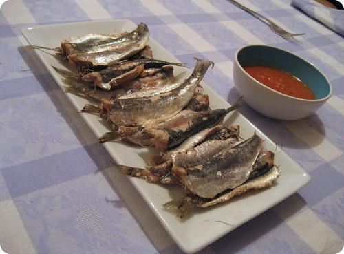 Foto de las sardinas asadas al soplete con tomate