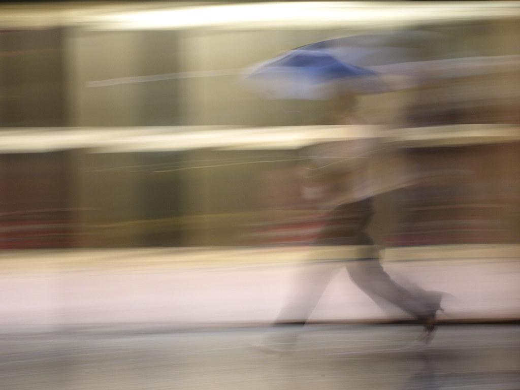 mujer con paraguas azul